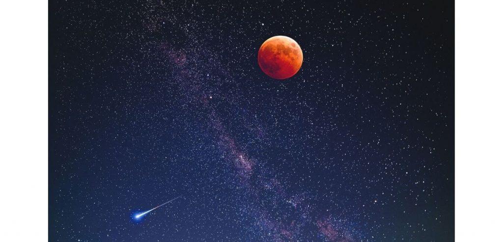 Cielo con estrellas, la luna y un cometa
